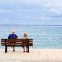 46921477-couple-de-personnes-âgées-qui-cherchent-à-la-mer-en-grèce-céphalonie-en-une-journée-nuageuse